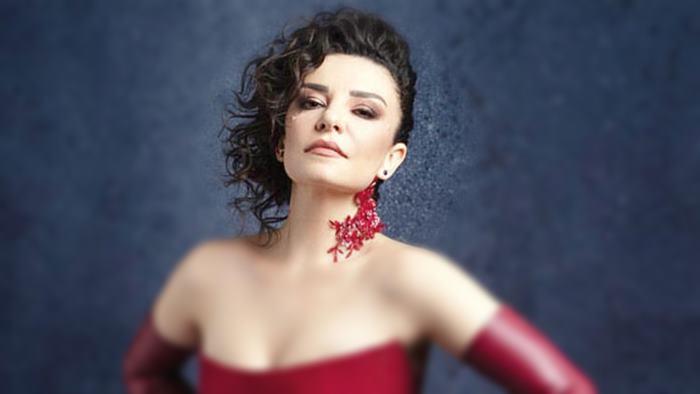 Photo of Fatma Turgut Dünya Tek Biz İkimiz Şarkı Sözü