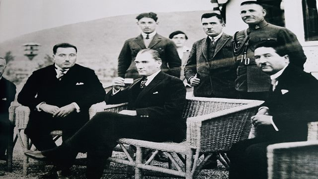 Atatürk Kahve İçerken Resmi