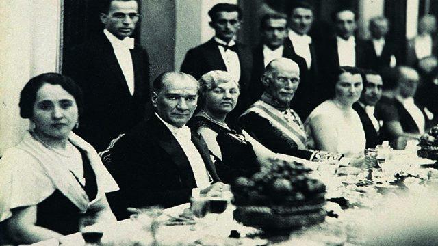 Atatürk'ün Yemek Sofrası Resmi